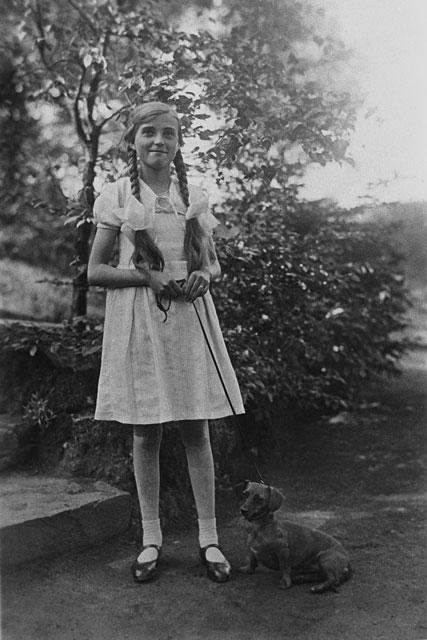 »Elli Meinert mit Waldi«, Bövinghauser Wald, Bövinghausen (Stadtteil von Dortmund), © Archiv Friedhelm Denkeler 1932,