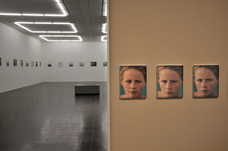 """""""Blick in die Ausstellung mit Roni Horns 'You Are The Weather', 1994-1996"""", Foto © Friedhelm Denkeler 2011"""