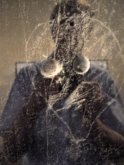 """""""Selbst mit einem Graffiti-Photo von Georg Brassai 1"""", Foto © Friedhelm Denkeler 2011"""