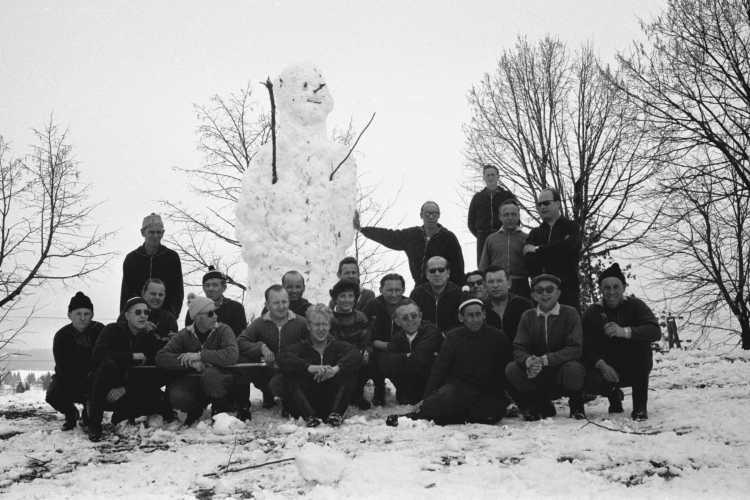 »Gruppenbild mit Schneemann«, Foto © Friedhelm Denkeler 1963,