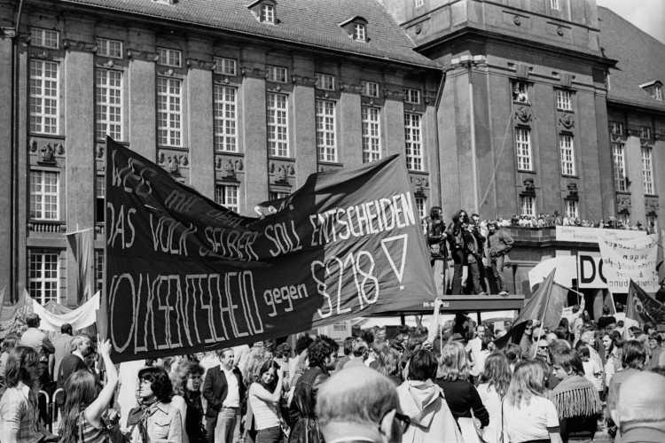 »1. Mai-Kundgebung 1975 am Rathaus Schöneberg«, Foto © Friedhelm Denkeler 1975