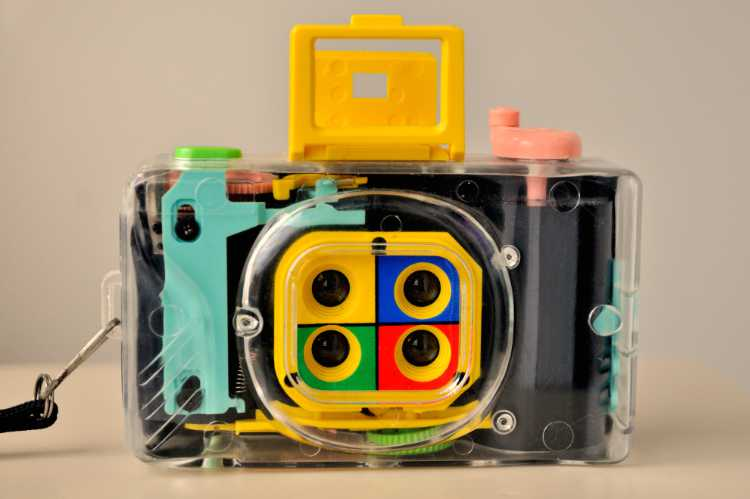 Die Lomo-Kamera »Lomography Action Sampler Transparent«, zum dem Portfolio »Quadrotura – Lomographien«