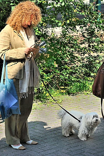 """Documenta 13: Carolyn Christow-Bakargiew (CCB) mit Malteserhund Darsi"", Foto © Friedhelm Denkeler 2012"