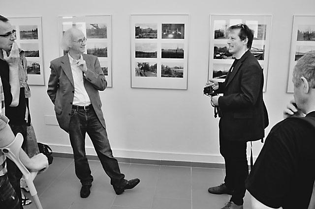 """""""Dr. Enno Kaufhold und Benjamin Ochse bei der Führung durch die Ausstellung"""", Foto © Friedhelm Denkeler 2012"""