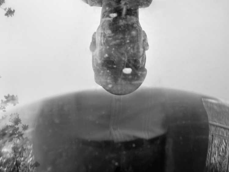 »Optische Spiegelung« Binz, Rügen, Berlin, aus dem Portfolio »Schatten und Spiegel», Selbstbildnisse 1976 bis 2020, Foto © Friedhelm Denkeler 2007