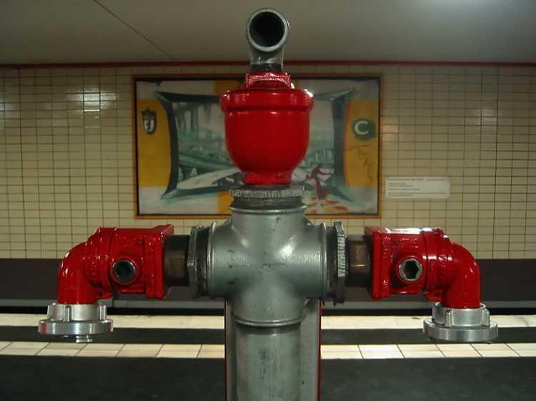 »S-Bahnhof Oranienburger Straße«, Berlin, aus dem Portfolio »Sonntagsbilder«, Foto © Friedhelm Denkeler 2003