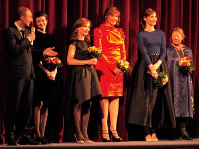 """Guillaume Nicloux mit Pauline Etienne, Isabelle Huppert, Martina Gedeck, Louise Bourgoin und Francoise Lebrun"" (v.l.n.r.),  Foto © Friedhelm Denkeler  2013"