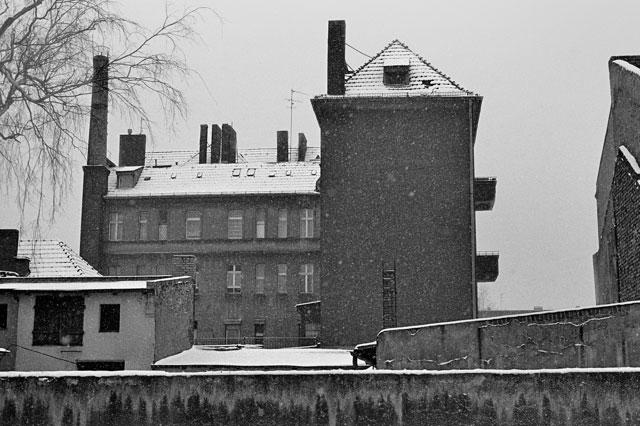 """""""Mietshaus mit Remise"""", aus der Serie """"Im Wedding"""", Foto © Friedhelm Denkeler 1978"""