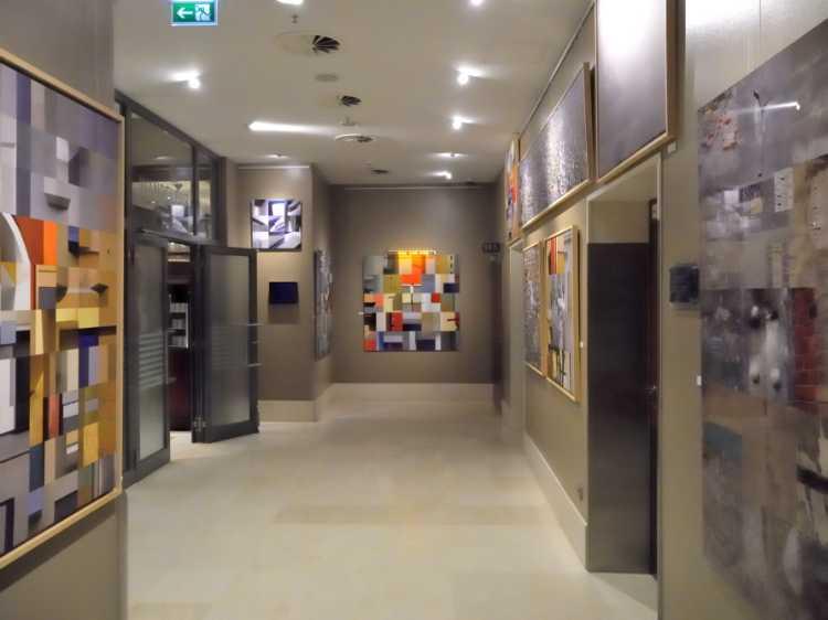 Die Wandelgalerie im Berlin Marriott mit Arbeiten von Horst Hinder, Foto © Friedhelm Denkeler 2013