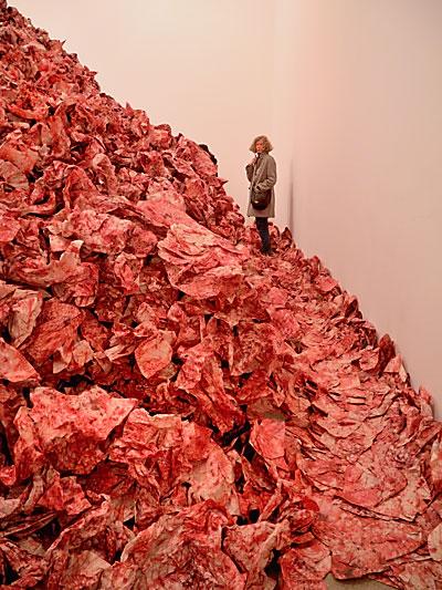 """""""Auf dem Blutberg"""" (Imran Qureshi: """"And They Still Seek the Traces of Blood"""", 2013, in der Kunsthalle der Deutschen Bank), Foto © Friedhelm Denkeler 2013"""