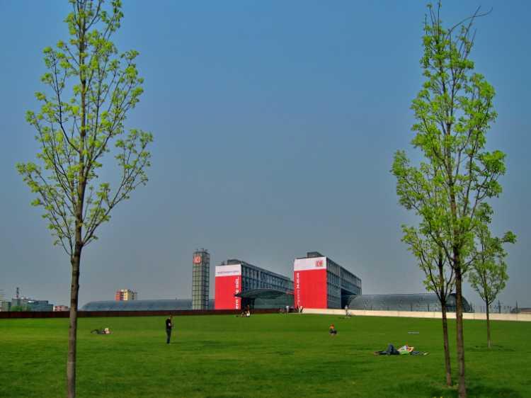 »Der Spreebogenpark mit Blick auf den Hauptbahnhof«, aus dem Portfolio »Sonntagsbilder«, Foto © Friedhelm Denkeler 2006