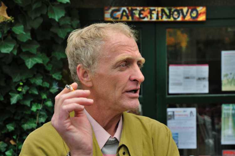 »Bernd Boßmann vor dem Cafe Finovo«, Foto © Friedhelm Denkeler 2013