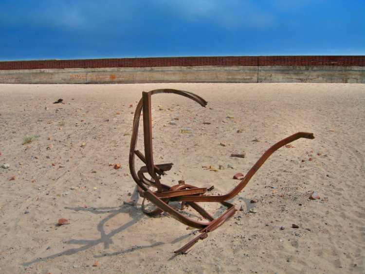 »Eisenskulptur am Strand von Prora (unbekannter Künstler)«, aus dem Portfolio »Sonntagsbilder«, Foto © Friedhelm Denkeler 2007