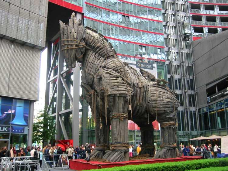 »Trojanisches Pferd im Sony-Center«, Berlin, aus dem Portfolio »Sonntagsbilder«, Foto © Friedhelm Denkeler 2004