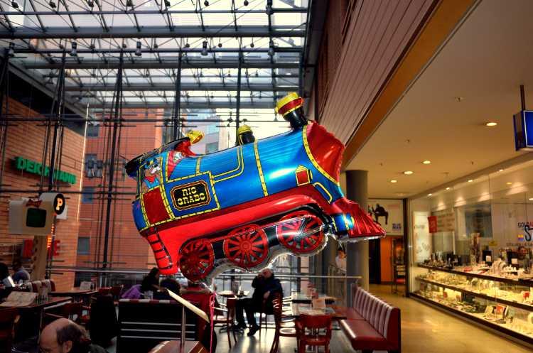 »Fliegende Lokomotive in den Potsdamer Platz-Arkaden«, Berlin, Foto © Friedhelm Denkeler 2014