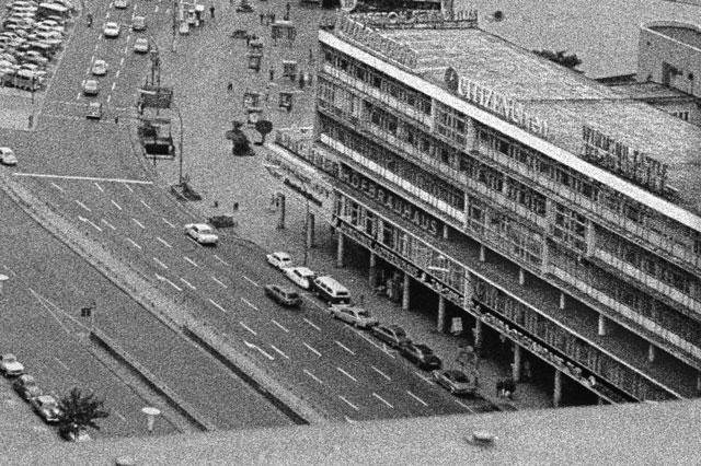 """""""Blick vom Europa-Center auf das Bikini-Haus mit offenem Laubengang"""" (Ausschnitt), Foto © Friedhelm Denkeler 1976"""