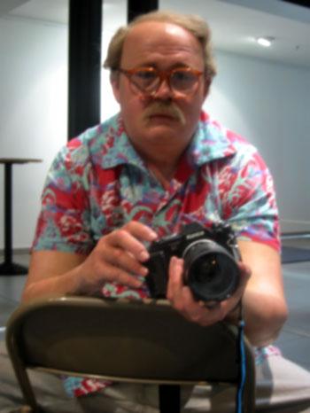 """""""Trauriger Fotograf"""" (Duane Hanson: """"Man with Camera"""", 1991), aus """"Sonntagsbilder"""", Foto © Friedhelm Denkeler 2003"""