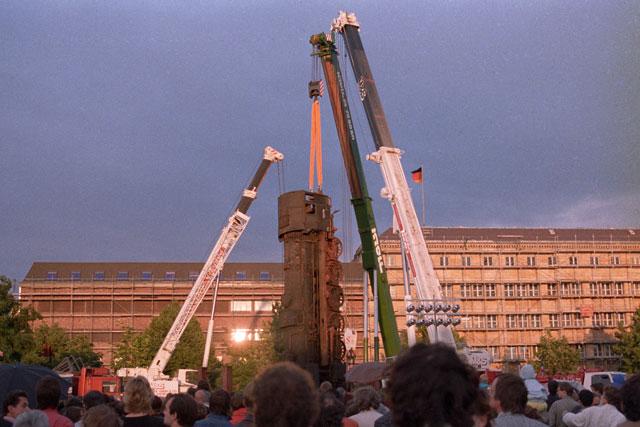 """""""Drei Kräne und eine Dampflokomotive (Aktion """"La Tortuga"""" von Wolf Vostell auf dem Gelände des Hamburger Bahnhofs), Foto © Friedhelm Denkeler 1987"""