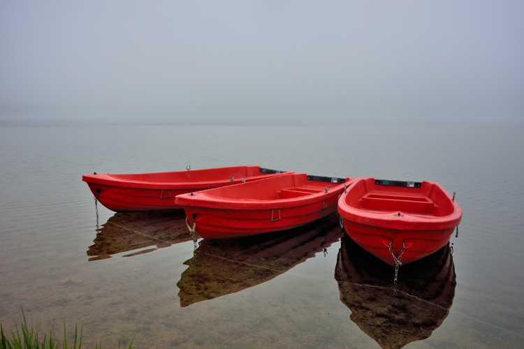 »Drei rote Boote im Morgennebel«, Sorpe-See, Sauerland, Foto © Friedhelm Denkeler 2014