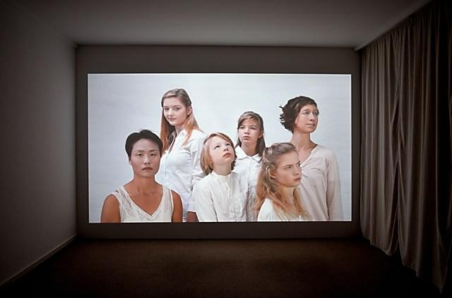 """Andrea Sunder-Plassmann: """"Tableaux Vivants"""", 2012 (""""Die Bielfelder Schule. Fotografie im Kontext"""" (Alte Stadtbibliothek Bielefeld), Foto © Friedhelm Denkeler 2014"""