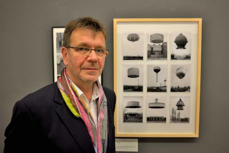 »Wolfgang Vollmer vor ›Fotografien des Committee of Unknown Planes (CUP)‹ in der oca Gallery«, Foto © Friedhelm Denkeler 2014