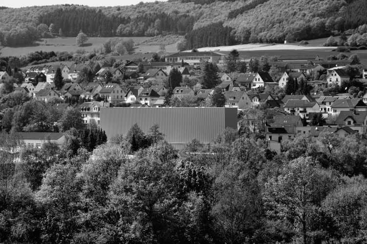»Fensterlose Lagerhalle mit Wohngebiet«, aus dem Portfolio »Köbbinghauser Hammer«, 2014, Foto © Friedhelm Denkeler 2010