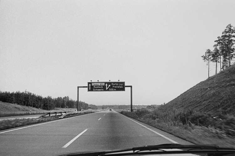 »Fahrn, Fahrn auf der Autobahn...«, aus: »On The Road: Berlin - Hamburg: Der Berliner Ring kurz vor dem Abzweig Rostock, Foto © Friedhelm Denkeler 1984