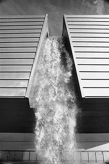 """""""Wasser, das vom Hochhaus fällt"""" (Expo 2000, Hannover), Foto © Friedhelm Denkeler 2000"""