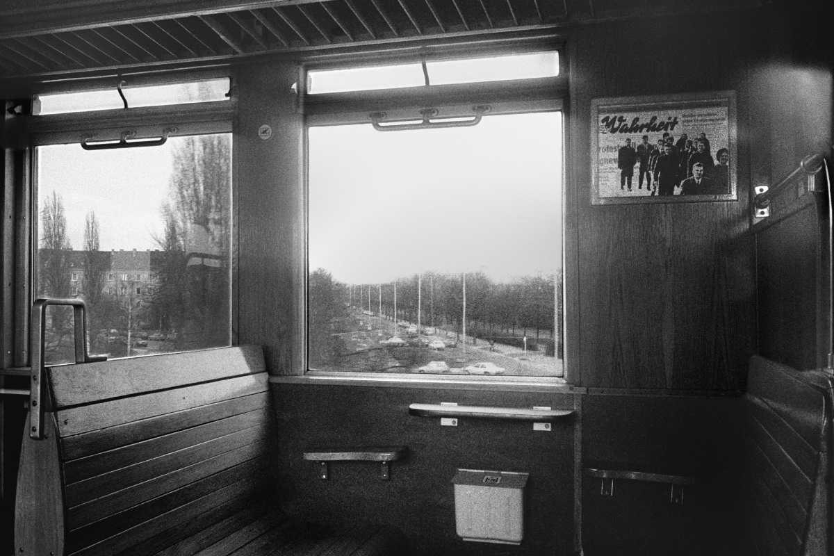 """""""Die Wahrheit fährt immer mit – in der S-Bahn"""", Foto © Friedhelm Denkeler 1980"""