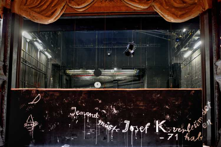 »Jemand musste Josef K. verleumdet haben«, Kafkas Prozeß im Berliner Ensemble, Foto © Friedhelm Denkeler 2015