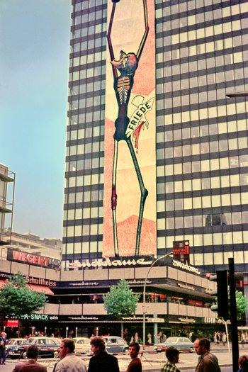 """""""Der leidende Mensch am Europa-Center"""" (von Michael Ostwaldt, 20. bis 22. September 1969), Foto © Friedhelm Denkeler 1969"""