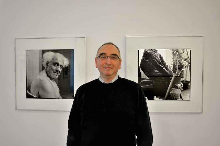 »Amin El Dib in der Kommunalen Galerie in Wilmersdorf«, Serie »Inszenierte Bildnisse«, Foto © Friedhelm Denkeler 2015