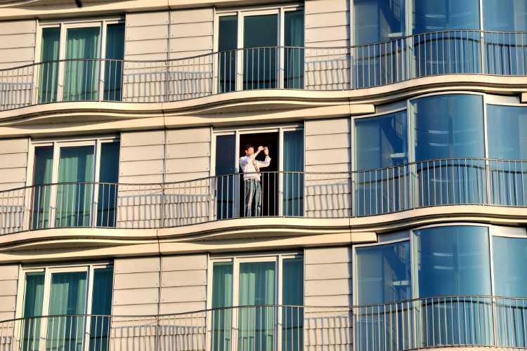 »Hotelgast, die Außenalster fotografierend«, Hamburg, Foto © Friedhelm Denkeler 2011
