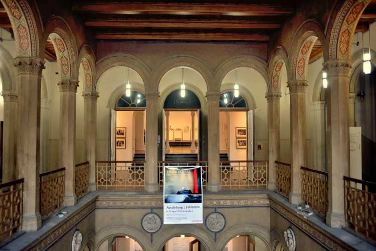 Entrée im Kunstquartier Bethanien mit dem Banner der Ausstellung »Bildwechsel – Fotografie nach der Werkstatt für Photographie«, Kreuzberg, Berlin, Foto © Friedhelm Denkeler 2016