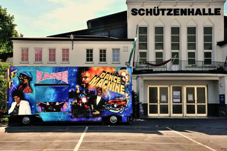 »Die Dance Machine vor der Schützenhalle in Plettenberg«, Westfalen, Foto © Friedhelm Denkeler 2011