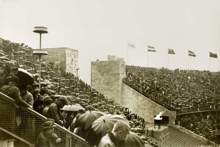 »Handballspiel im Regen«, Berliner Olympia-Stadion, Olympiade 1936, aus dem Portfolio »Wahlverwandtschaften«, Archiv © Friedhelm Denkeler