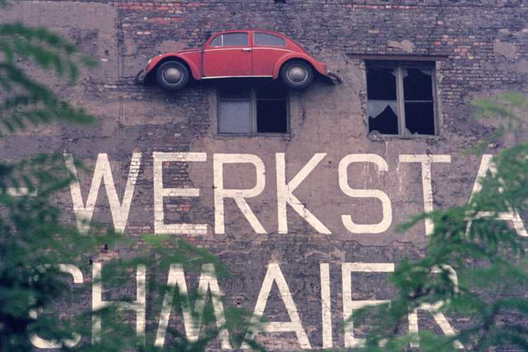 »Ein halber Käfer« (irgendwo in Berlin-Kreuzberg), Foto © Friedhelm Denkeler 1976
