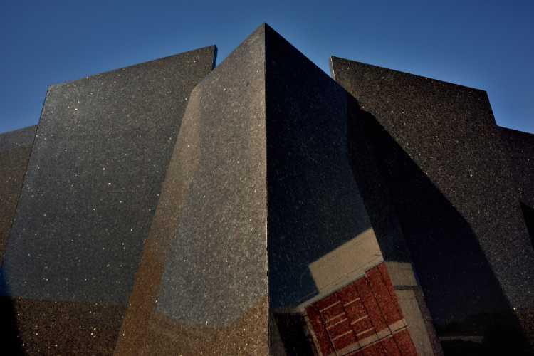 »Schwarzer Marmor vor blauen Himmel«, Kulturforum Berlin (Spiegelung: Kunstgewerbemuseum), Foto © Friedhelm Denkeler 2016