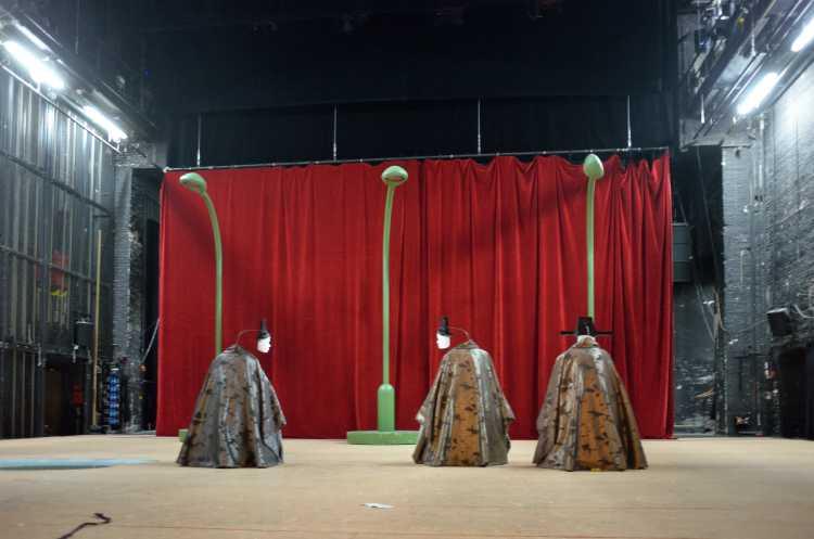 Das Schluss-Bühnenbild zu »Der Gute Mensch von Sezuan« von Bertold Brecht im Berliner Ensemble, Foto © Friedhelm Denkeler 2016
