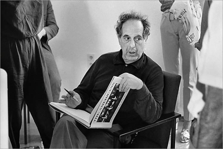 »Szenen aus der Werkstatt für Photographie«: «Robert Frank signiert ›The Americans‹« (Workshop mit Robert Frank, Werkstatt für Photographie,  01.06.1985), Foto © Friedhelm Denkeler 1985