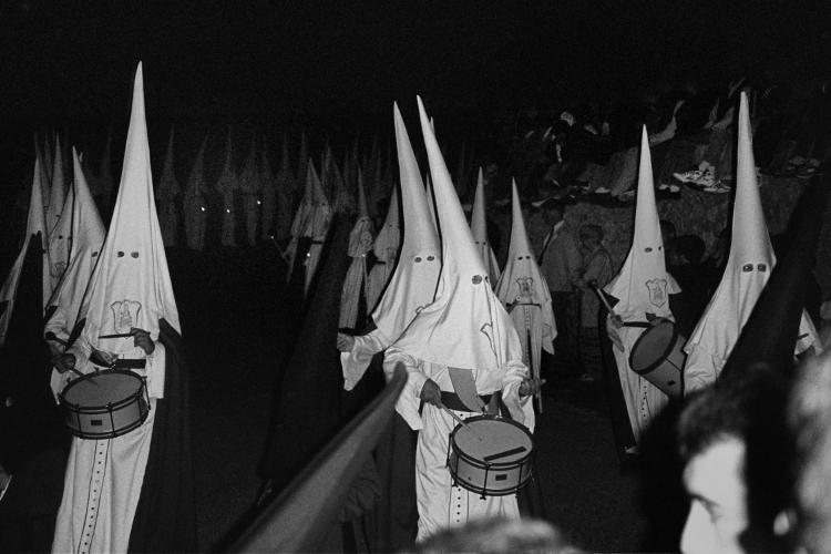 »Karfreitagsprozession in Artá«, Foto © Friedhelm Denkeler 1993, aus der Serie Eine Mallorquinische Nacht. Cala Ratjada – Photographien aus der Vorsaison