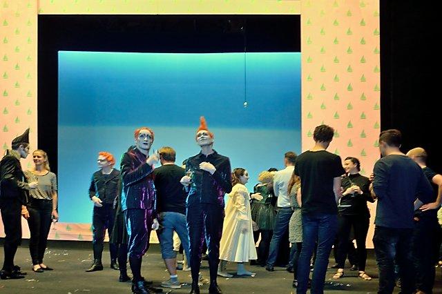 """Berliner Ensemble: """"Peter Pan"""" (nach dem Schlussapplaus; Die verlorenen Jungs), Foto © Friedhelm Denkeler 2017"""