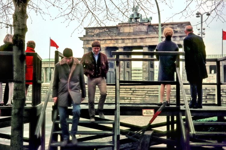 »Nach dem Blick über die Mauer«, Aussichtsplattform am Brandenburger Tor, 15. März 1970,