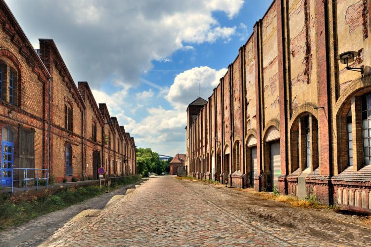 »Alte Fabrikgebäude im Wissenschaftshafen Magdeburg«, Foto © Friedhelm Denkeler 2010