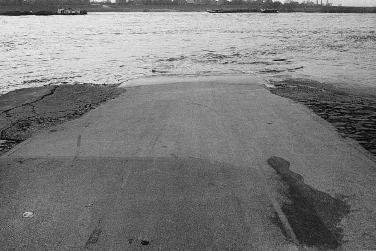 »Straße ins Wasser – oder: kein Happy End«, aus dem Portfolio »Harmonie eines Augenblicks«, Foto © Friedhelm Denkeler 1983