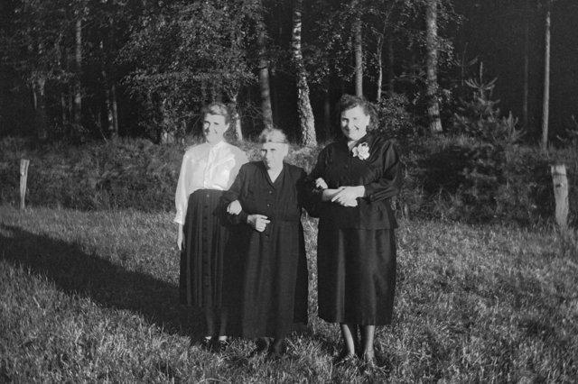 """""""Wilhelmine Meinert mit Töchtern Elli und Mimi"""" (Twiehausen Nr. 37), 1958, © Archiv Friedhelm Denkeler"""