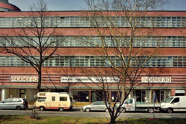 """""""Ausstellungsbanner »momenta« am ehemaligen Roxy-Palast in Berlin-Friedenau"""", Foto © Friedhelm Denkeler 2018, Grafik © Horst Hinder"""
