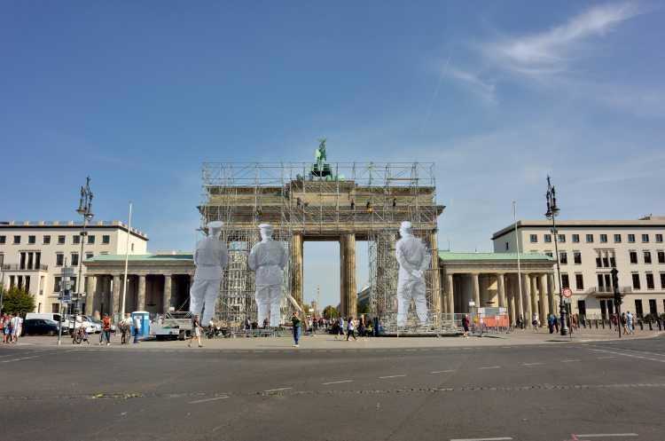 »Das Brandenburger Tor mit der Installation von JR (Aufbau)«, Foto © Friedhelm Denkeler 2018
