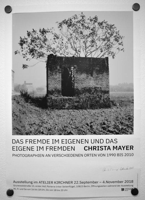 Plakat zur Ausstellung »Das Fremde im Eigenen und das Eigene im Fremden« von Christa Meyer im »Atelier Kirchner«, Foto © Friedhelm Denkeler 2018