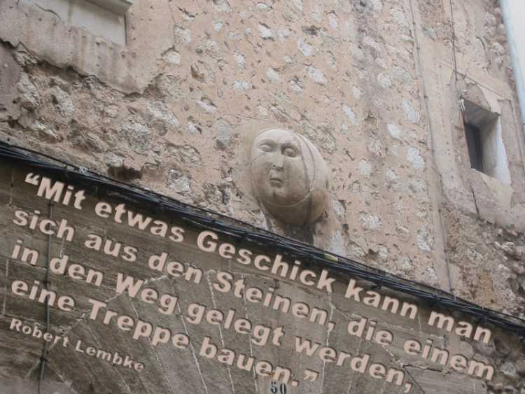 »Mit etwas Geschick kann man sich aus den Steinen, die einem in den Weg gelegt werden, eine Treppe bauen« [Robert Lembke], Foto/Grafik © Friedhelm Denkeler 2003